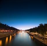 Die Seine in der Nacht, eine Ansicht von einer Brücke Stockbilder
