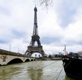 Die Seine in Paris in der Flut stockfotos