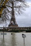 Die Seine in Paris in der Flut stockbilder