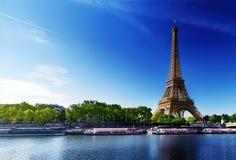 Die Seine in Paris mit Eiffelturm stockbild