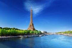 Die Seine in Paris mit Eiffelturm Lizenzfreie Stockfotos