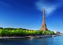 Die Seine in Paris mit Eiffelturm lizenzfreies stockbild