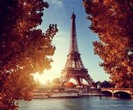 Die Seine in Paris mit Eiffelturm in der Herbstzeit stockfoto