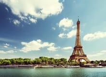 Die Seine in Paris mit Eiffelturm in der Morgenzeit lizenzfreies stockfoto