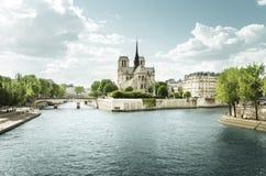 Die Seine und Notre Dame de Paris, Paris, Frankreich lizenzfreie stockfotos