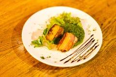 Die Seitenansicht des Salats mit gegrilltem Fleisch und mit brauner Soße und Grünschnabel verziert Stockfotos
