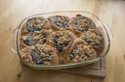 Die selbst gemachten Kuchen, die mit süßem Quark und auf die Oberseite gefüllt werden, sind Pflaumenmarmelade Stockfotos