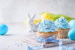 Die selbst gemachten Vanillekleinen kuchen, die mit verziert werden, besprüht und Band lizenzfreies stockfoto