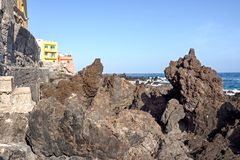 Die seltsam geformten schwarzen vulkanischen Steine auf den Ufern des Atlantiks beim Punta Brava in Teneriffa stockbild