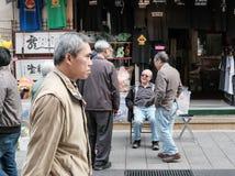 Die Senioren, die mit einem Shop sprechen, halten in Chinatown stockfotografie