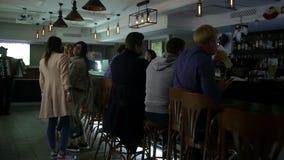 23 die september, 2016 Dniepr, een nieuwe bar, mensen openen viert en let op voetbal stock video