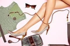 Die sexy dünnen Beine der Frau mit Satz stilvollem Luxus Stockbilder