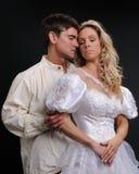 Die sexy Paarhaltungen für die Kamera stockfotos