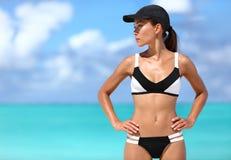 Die sexy sportliche Bikinifrau, die zum Strand bereit ist, trägt zur Schau Stockbilder