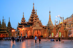 Die Shwedagon-Pagode am Abend Lizenzfreie Stockbilder