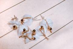 Die sieben Ballerinen auf Boden Stockfoto