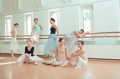 Die sieben Ballerinen an der Ballettstange Stockfoto