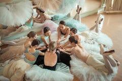 Die sieben Ballerinen gegen Ballettstange Stockbild
