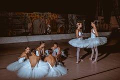 Die sieben Ballerinen hinter den Kulissen des Theaters Stockfotografie