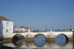 Die sieben-gewölbte Brücke Ponte Romana in Tavira in Portugal Lizenzfreie Stockfotos