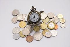 Die silberne Taschenuhr, die auf verschiedene Größen sich setzt, prägen Stapel mit whi Lizenzfreies Stockfoto