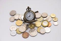 Die silberne Taschenuhr, die auf verschiedene Größen sich setzt, prägen Stapel mit whi Lizenzfreie Stockfotografie
