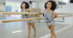 Die sinnliche Frau, die ihren Tanz übt, zieht in Studio um stockfotografie