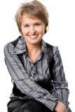 Die sitzende Geschäftsfrau auf einem weißen Hintergrund Stockfoto