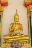 Die sitzende Statue Gold-Buddhas Lizenzfreies Stockbild