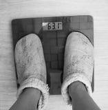 Die Skala zeigt 63 Kilogramm Lizenzfreie Stockbilder