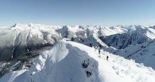 Die Skifahrer, die auf einen Schnee gehen, bedeckten Berg 4k mit einer Kappe stock video footage