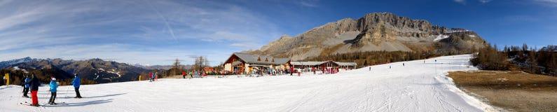 Die Skisteigung und -Skifahrer an Skigebiet Passo Groste Stockfotografie