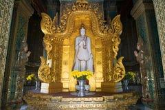 Die Skulptur der Stellung von Buddha innerhalb des Klosters stupa Mahar Gandar Yone myanmar Stockbild