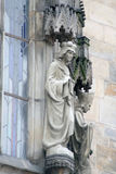 Die Skulptur des Priesters auf dem zentralen Turm Stockfoto