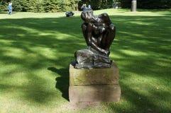 Die Skulptur durch Auguste Rodin steht im Park lizenzfreies stockfoto