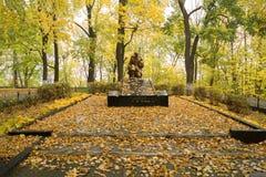 Die Skulptur eines knienden Soldaten am Standort ein Massengrab von Lizenzfreies Stockbild