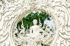 die Skulptur von Buddha an Wat Rong-khun Tempel Stockfotos