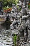 Die Skulpturen des traditionellen Balinese-Kriegers im heiligen Garten Stockfotos