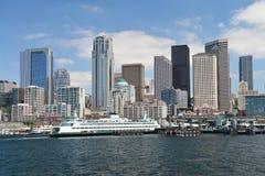 Die skycrapers und der Kreuzfahrtanschluß auf Seattles Ufergegend Lizenzfreie Stockfotografie