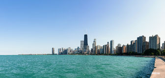 Die Skyline von Chicago mit dem Michigansee stockbilder