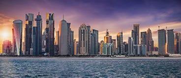 Die Skyline von Doha lizenzfreie stockfotos