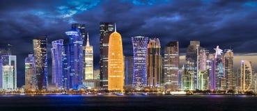 Die Skyline von Doha nach Sonnenuntergang lizenzfreie stockbilder