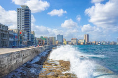 Die Skyline von Havana mit den Wellen, die auf dem Uferdamm zusammenstoßen lizenzfreies stockbild