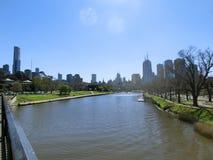 Die Skyline von Melbourne nahe Yarra-Fluss und botanischen Gärten, in Melbourne, Victoria, Australien lizenzfreies stockbild