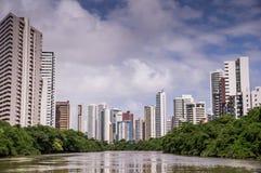 Die Skyline von Recife in Pernambuco, Brasilien vom Fluss lizenzfreie stockbilder