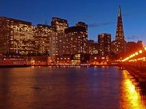 Die Skyline von San Francisco nachts. Lizenzfreie Stockfotografie