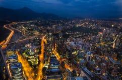 Die Skyline von Santiago de Chile bis zum Nacht Lizenzfreie Stockfotos