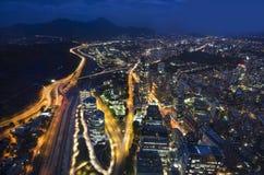 Die Skyline von Santiago de Chile bis zum Nacht Stockbilder