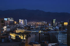Die Skyline von Santiago de Chile bis zum Nacht Lizenzfreie Stockfotografie