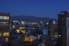 Die Skyline von Santiago de Chile bis zum Nacht Stockfotos